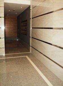 Portal con Marmol Blanco y Granito Gris